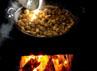 Penggorengan tahu menggunakan bahan bakar kayu. Budi Sugiharto/detikSurabaya.