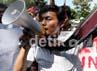 Seorang demonstran berorasi mengecam rencana klaim budaya tari Tor-tor oleh Malaysia.