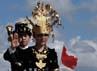 Dua penari memamerkan keindahan tari Tor-tor Mandailing di Pantai Kuta. Gede Suardana/detikcom.