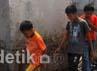 Beberapa anak melintas di puing-puing yang hangus terbakar akibat tertimpa pesawat. Agung Pambudhy/detikcom.