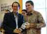 Marketing Guru Markplus Hermawan Kertajaya menyerahkan penghargaan BUMN Marketing Award kepada Direktur PT Rekayasa Industri (Rekind) M. Ali Suharsono di Jakarta, Jumat (22/6/2012). (dok Rekind).