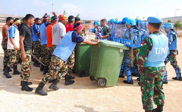 Prajurit POM TNI Cegah Pengunjuk Rasa di Libanon
