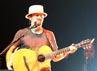Penyanyi berusia 34 tahun itu muncul ke atas panggung dengan memakai topi fedora jerami dan kaos hitam charcoal.