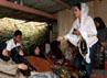 Tiba di kampung halaman, Shinta disambut para warga yang nampak antusias melihat kedatangannya. Herianto Batubara/detikHot.
