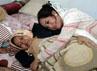 Saat tiba di rumahnya, Shinta langsung memeluk ibundanya. Herianto Batubara/detikHot.
