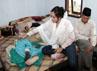 Shinta tampak kaget saat menyingkap selimut sang ibunda. Kaki kanan ibunya menghitam akibat penyakit diabetes. Herianto Batubara/detikHot.