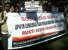 Aksi tolak kondominasi remaja dan legalisasi seks bebas digelar di depan Gedung Sate, Jalan Diponegoro, Kota Bandung, Senin (25/6/2012). Baban Gandapurnama/detikBandung.