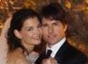 Tom dan Katie berpose dengan baju pengantin mereka. Robert Evans/Getty Images.