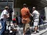 Banyak wartawan setia menunggu bintang Dawsons Creek itu di depan apartemennya di New York. AFP/Don Emmert.