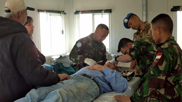 Tim Kesehatan Indobatt Bantu Operasi Luka Warga Ettaibeh