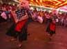 Warga Tibet menari untuk merayakan ulang tahun Dalai Lama ke-77 yang sedang hidup dalam pengungsian. Dalai Lama terusir dari Tibet karena tidak mau Tibet bergabung dengan  Republik Rakyat Tingkok (China). Reuters/Navesh Chitrakar.