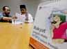 Hendardji sedang memeriksa berkas laporan ke Bawaslu. Peristiwa tersebut dinilai sebagai sikap berpihak oknum Panwaslu/Bawaslu.