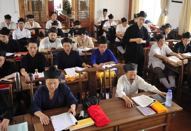 Belajar Tao dengan Baju Klasik China