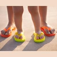 Jangan Sering-sering Pakai Sandal Jepit Agar Kaki Tak Nyeri