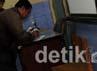 Serah terima kotak suara dari petugas panitia pemungutan suara kelurahan kepada petugas KPPS.