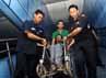 Beberapa petugas KA membantu penumpang penyandang cacat menuju kereta.