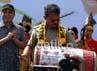 Gubernur Sulsel Syahrul Yasin Limpo menabuh gendang tanda diresmikannya slogan Visit South Sulawesi 2012 The Most Natural Asia, didampingi CEO Bosowa Erwin Aksa. Muhammad Nur Abdurrahman/detikcom.