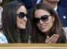 Kate dan Pippa kompak memakai kaca mata hitam. REUTERS/Toby Melville.