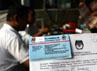 Seorang petugas menunjukan kartu pemilih atas nama Angelina  Sondakh yang mempunyai hak pilih di TPS 030 Komplek Perumahan Cilandak, Jakarta Selatan, Rabu (11/7/2012). (Ramses/detikcom)
