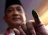 Hendardji menunjukkan jari kelingkingnya yang telah dicelupkan ke tinda.