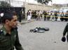 Polisi memeriksa lokasi ledakan. Sementara itu, pelaku bom bunuh diri tidak tewas dalam serangannya. Dia segera dievakuasi ke rumah sakit karena kehilangan kaki dan tangannya, namun pada akhirnya menghembuskan nafas terakhirnya selama penanganan tim medis. Reuters/Mohamed al-Sayaghi.