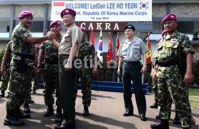 Atraksi Militer Sambut Komandan Marinir Korea