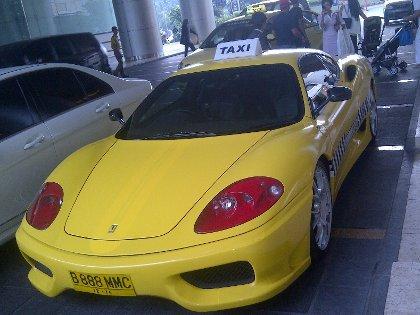 Belum Berizin Taksi Ferrari Dijaga Patwal