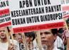 Aksi ini membuat kepadatan arus lalu-lintas di jalan Wahidin, Jakarta. Belasan polisi berjaga di gerbang gedung Kemenkeu.