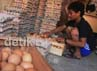 Pedagang menyortir telur ayam di salah satu agen penjual telur di Bukit Duri, Jakarta Selatan, Jumat (13/7/2012).