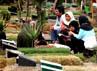 Para peziarah berdoa di makam anggota keluarganya.