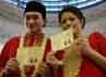 Anji dan Wina memperlihatkan buku pernikahannya. (Foto: Dok Anji & Wina)