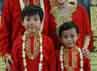 Dua anak Wina juga tampil serasi mengenakan busana serba merah. (Foto: Dok Anji & Wina).