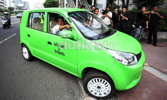 Dahlan Iskan Jajal Mobil Listrik Hijau Genjreng