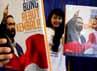 Model menunjukan buku kumpulan pidato Surya Paloh Mari Bung Rebut Kembali di kantor Nasdem, Gondangdia, Jakarta, Senin (16/7/2012).