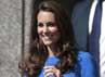 Kate tampak meninggalkan National Portrait Gallery setelah mengunjungi pameran Road to 2012: Aiming High di London, Inggris. Reuters/Ki Price.