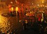 Banjir membawa derita bagi para pengendara. Mobil dan motor yang dikendarainya mogok saat terjebak banjir. Reuters/Stringer.