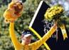 Wiggins mengangkat trofi Tour de France. Reuters/Stephane Mahe.