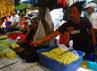 Nano (46) dibantu pegawainya Didi (40) membereskan tahu jualannya di Pasar Kiara Condong, Bandung. Aksi mogok produksi yang dilakukan oleh para perajin tahu dan tempe memaksa keduanya berjualan hanya dengan jumlah yang tidak sebanyak hari-hari biasanya. (Djuli Pamungkas/detikBandung).
