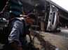 Petugas memasang rantai untuk menarik truk bernopol B 9760 DM tersebut.