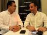 Direktur Marketing RIM Indonesia Eka Anwar berbincang dengan Regional Vice President & Managing Director Asia Selatan Hasting Sing saat peluncuran program Blackberrt Terjangkau.