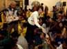 Wakil Dubes Amerika Serikat untuk Indonesia Kirsten Bauer membagikan takjil kepada anak-anak jalanan.