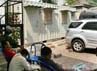 4 polisi berpakaian preman menunggui kontainer yang berisi dokumen dari Korlantas. (Ramses/detikcom).
