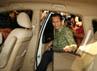 Wamenag Nasaruddin Umar memasuki mobil yang akan membawanya meninggalkan gedung KPK. Dalam keterangannya, Nasaruddin mengaku hari ini diperiksa sebagai kuasa pengguna anggaran, karena pada saat proyek itu dilakukan dia menjabat sebagai Dirjen Bimas Islam. (Ramses/detikcom).