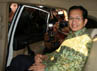 Wamenag Nasaruddin Umar melempar senyuman kepada wartawan dari dalam mobil. Dalam keterangannya, dia juga menyampaikan saat ini Kemenag juga telah membentuk tim di internal untuk mengusut adanya dugaan korupsi. (Ramses/detikcom).