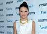 Dibalut atasan putih dan rok mini biru langit yang disentuh dengan kalung goldnya, Kendall Jenner tampil dewasa. (Michael Buckner/Getty Images).