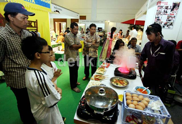 Puluhan Stand Meriahkan Indonesia Fashion & Craft