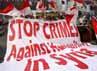 Massa mengibarkan bendera Indonesia dan membentangkan spanduk tuntutan.