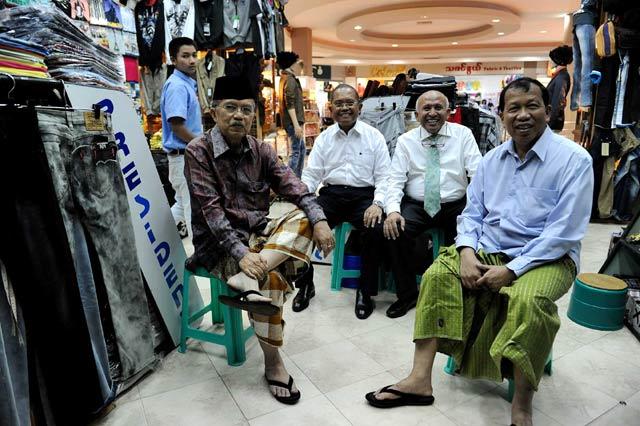 JK Bersarung di Tengah Mal Myanmar