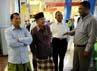 Jusuf Kalla bersama Hamid Awaludin berjalan mengelilingi pusat perbelanjaan di Nay Pyi Taw, Myanmar. JK sesekali juga berbincang dengan warga muslim di pusat perbelanjaan tersebut. (Dok JK).