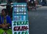 Deretan para jasa penukaran uang kecil di Jl.Slamet Ryadi Solo. (Aloysius Jarot Nugroho)